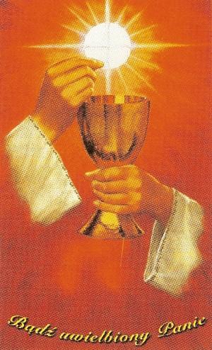 Rysunek przedstawiający dłonie kapłana trzymającego Hostię i Kielich otoczone blaskiem, na ciemnopomarańczowym tle. Obrazek jest podpisany: Bądź uwielbiony Panie.